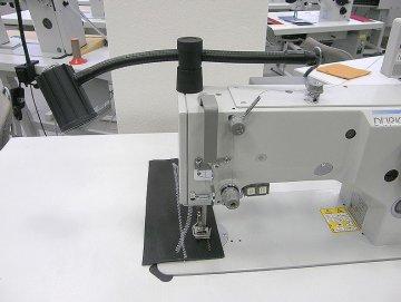 halogenová lampa SKM 1002, 12V/20W mat, bez trafa - přichycení na hlavu stroje.