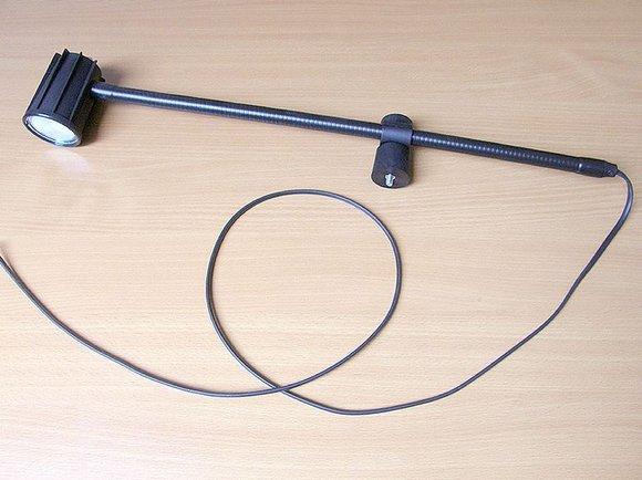 halogenová lampa SKM 1002, 12V/20W mat, bez trafa - přichycení na hlavu stroje.-